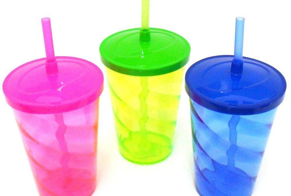 O copo personalizado com tampa apresenta quais benefícios?